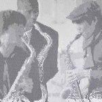 Spot-art saxofonisten, uitgevoerd als akoestisch paneel. Het gatenpatroon is geponst uit 2mm dik aluminum en heeft als afmetingen 220x140cm. Het is paneel is voorzien van een poedercoating en een akoestische isolatie