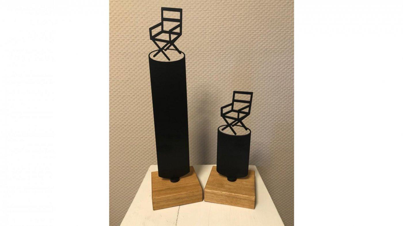 Metal-art trofee voor het Dutch Directors Guild, gebaseerd op het logo, gesneden uit 3mm dik staal, voorzien van een zwarte poedercoating en op een eikenhouten voet gemonteerd