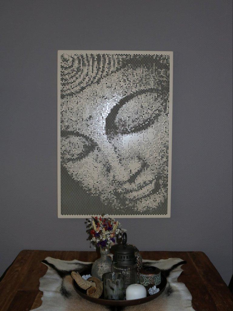 Spot-art Perforatiekunst. Paneel Buddha, 90x65cm, geponst patroon in aluminium en voorzien van poedercoating