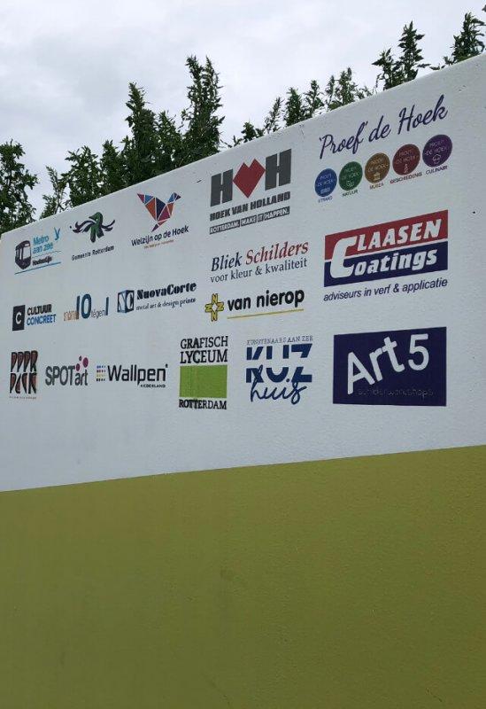 Muurprinten, logo's op betonnen muur